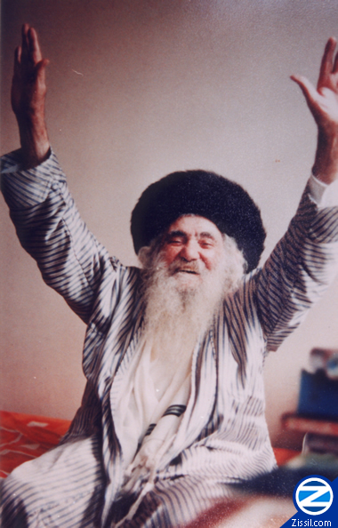 File:00000538-rabbi-israel-odesser-with-arms-raised.jpg