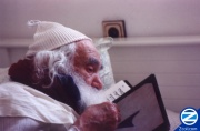 00000569-saba-yisroel-reading-tehilim.jpg